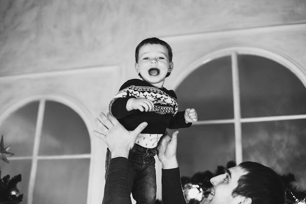 Retrato de niño rubio jugando con su padre