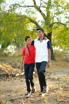 Retrato de niño rural indio joven
