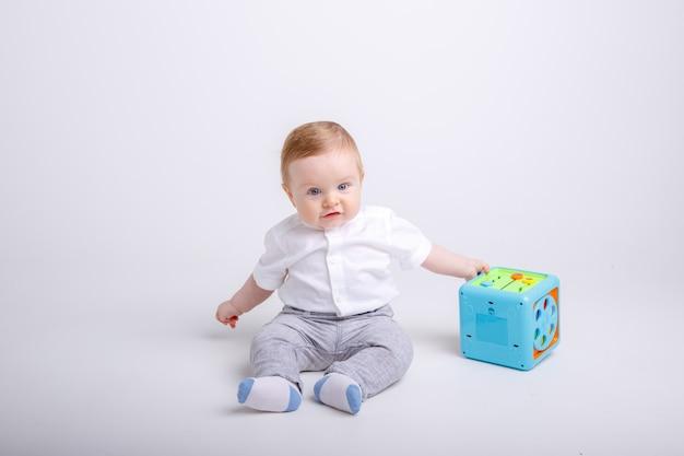 Retrato de niño sonriente aislado sobre fondo blanco.