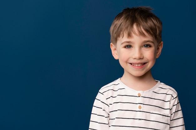 Retrato de niño sonriente