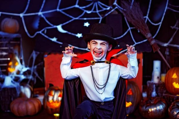 Retrato de un niño vestido con un disfraz de vampiro