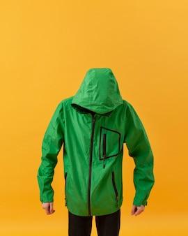 Retrato niño vistiendo chaqueta verde