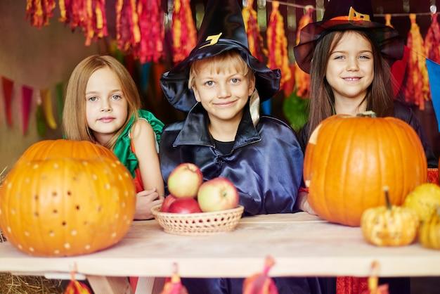 Retrato de niños alegres en el cobertizo