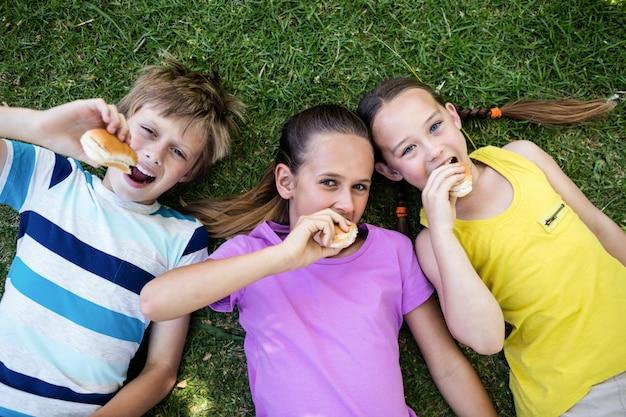Retrato de niños comiendo pan