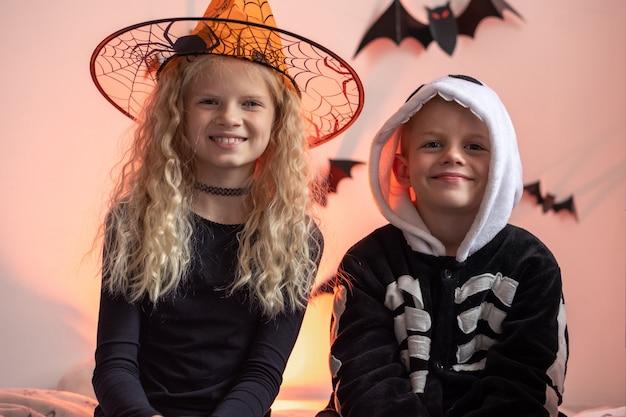 Retrato de niños de halloween hermano y hermana en traje de halloween en casa niño y niña listos para el