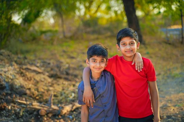 Retrato de niños rurales indios jóvenes