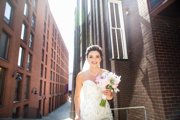 Retrato de una novia, caminando en la ciudad. día de la boda, matrimonio. novia y novio en urbano.