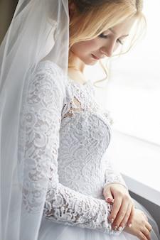Retrato de una novia en un elegante vestido de novia blanco