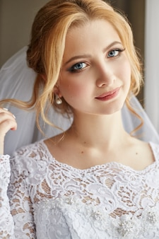 Retrato de una novia con un elegante vestido de novia blanco