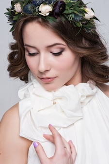 Retrato de la novia con grandes ojos hermosos en blanco