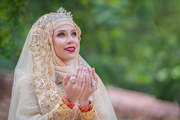 Retrato novia musulmana posando