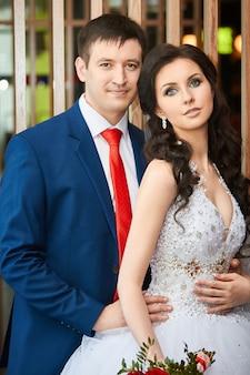 Retrato de la novia y el novio antes de la boda. pareja