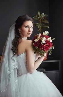 Retrato de una novia con un ramo de flores
