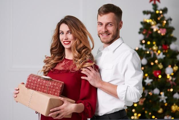 Retrato od pareja cariñosa celebrando la navidad