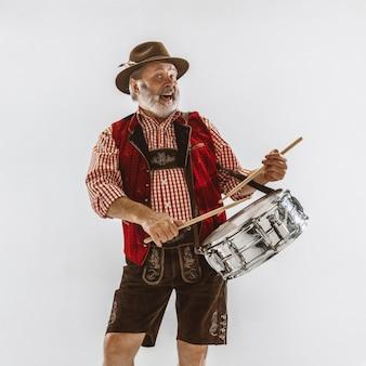 Retrato de oktoberfest senior hombre con sombrero, vistiendo la ropa tradicional bávara