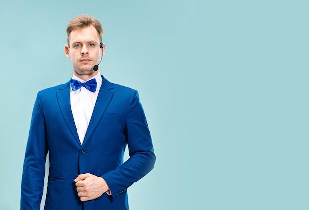 Retrato de un operador de servicio al cliente guapo con auriculares