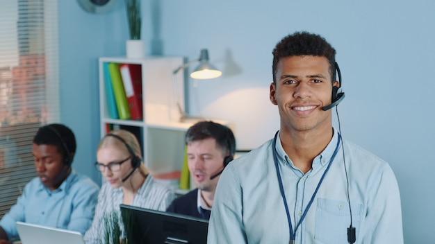Retrato de operador de servicio al cliente multirracial.