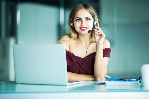 Retrato de operador de telefonía de soporte al cliente mujer sonriente feliz en el lugar de trabajo.