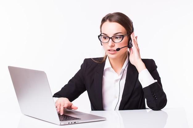 Retrato de operador de telefonía de soporte joven hermosa alegre sonriente feliz en auriculares con portátil, aislado sobre pared blanca
