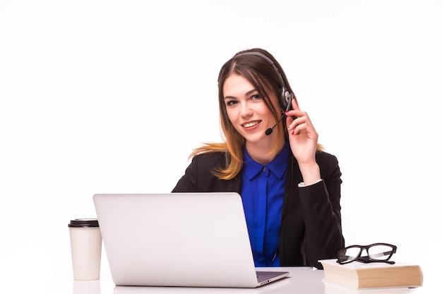 Retrato de operador de telefonía de soporte joven hermosa alegre sonriente feliz en auriculares con portátil, aislado sobre la pared blanca