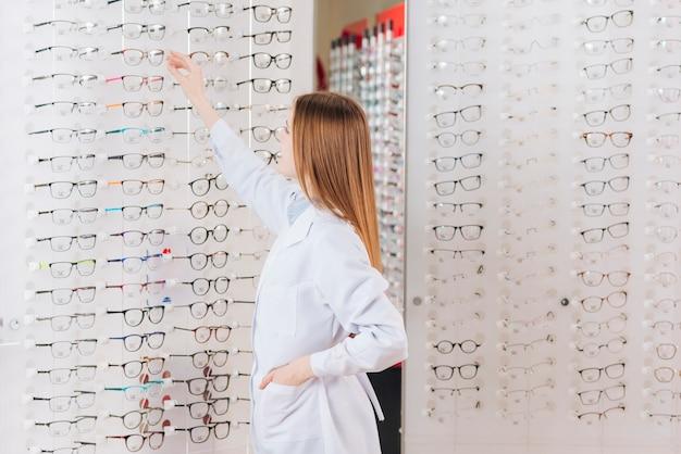 Retrato de optometrista amable