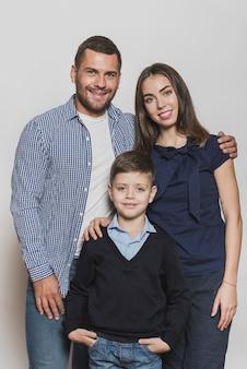 Retrato de orgullosos padres e hijo