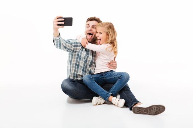 Retrato de un padre alegre y su pequeña hija