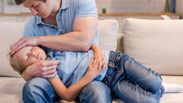Retrato de padre cuidando a su hijo