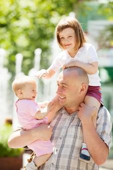 Retrato de padre con dos hijos