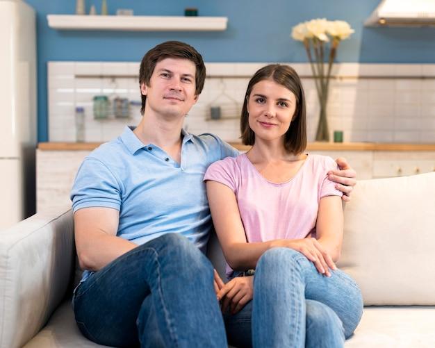 Retrato de padre y madre posando juntos