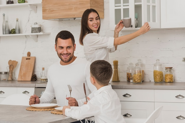 Retrato de padres e hijo en la cocina