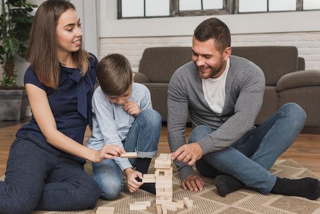 Retrato de padres jugando con niños