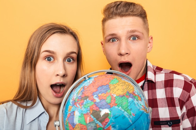 Retrato de una pareja de adolescentes excitados de la escuela