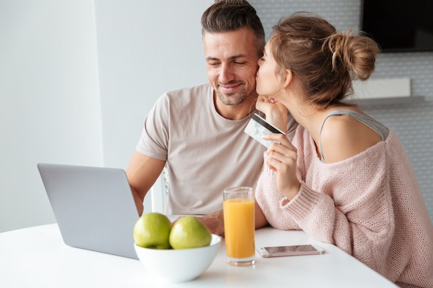Retrato de una pareja alegre de compras