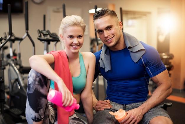Retrato de pareja alegre después del entrenamiento