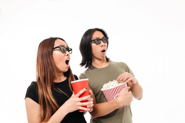Retrato de una pareja asiática emocionada sorprendida en gafas 3d