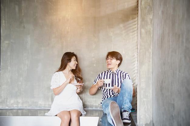 Retrato de pareja asiática encantadora en cafetería, gente feliz estilo de vida