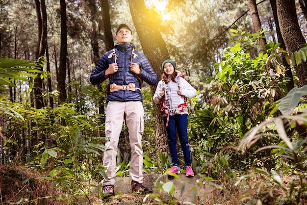 Retrato de pareja asiática con mochila lista para explorar