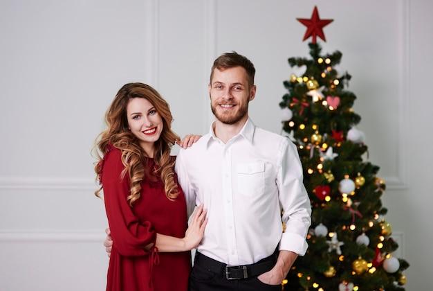 Retrato de pareja cariñosa en casa