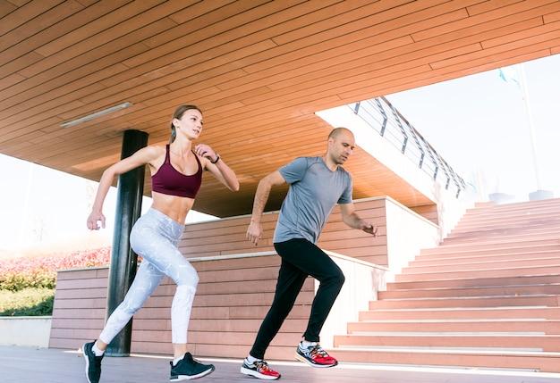 Retrato de pareja corriendo y corriendo al aire libre