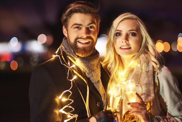 Retrato de pareja enamorada en año nuevo