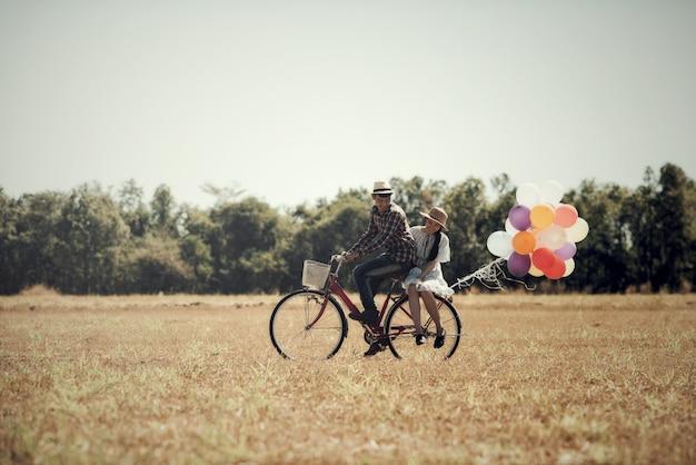 Retrato de una pareja enamorada de globos coloridos