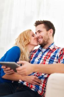 Retrato de una pareja encantadora en casa