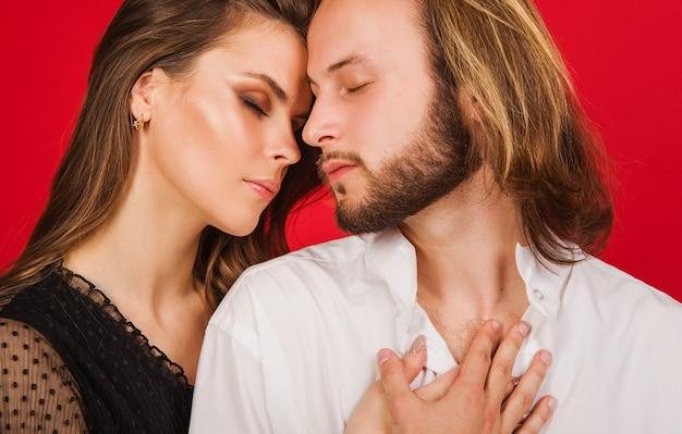 Retrato de pareja con estilo. amor. sensualidad. primer hermoso joven de la mujer y del hombre.