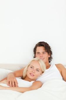 Retrato de una pareja feliz acostado en una cama