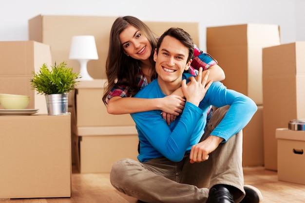 Retrato de pareja feliz en casa nueva