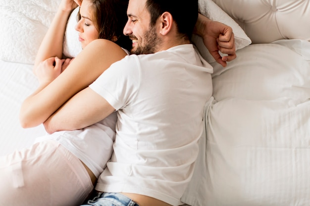 Retrato de una pareja feliz durmiendo en su dormitorio