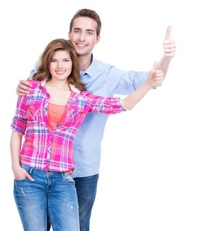 Retrato de pareja feliz con pulgares arriba signo aislado