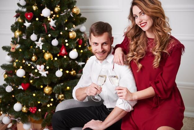 Retrato, de, pareja, con, flauta de champán, brindar
