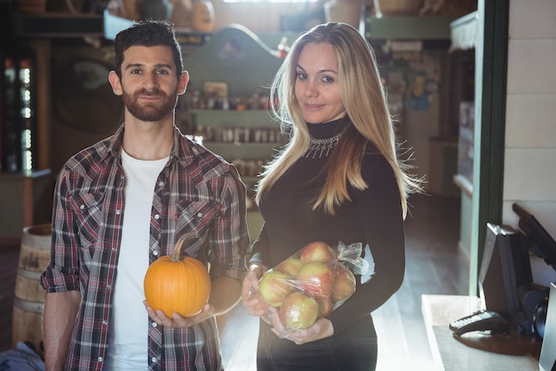 Retrato de pareja con frutas y verduras